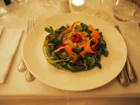 Effiloché de lapin mariné, couronne de salade mâche et tomates cerises